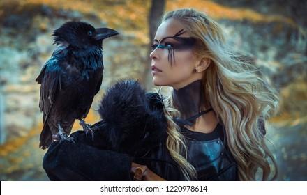 美しい黒いカラス、シールドと剣、バイキングのブロンドの女性、彼女の髪に三つ編み。