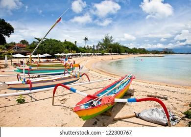 バリ島サヌールのビーチでの伝統的な漁船。インドネシア。