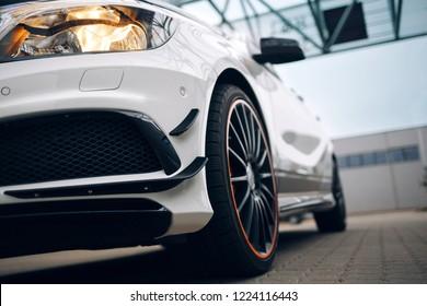 Vista frontal do carro esporte moderno