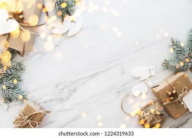 白い大理石の背景の上面図にクリスマス手作りギフトボックス。メリークリスマスグリーティングカード、フレーム。冬のクリスマスの休日のテーマ。明けましておめでとうございます。ノエル。フラットレイ