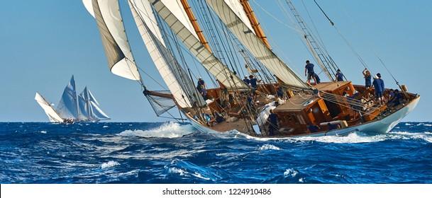 Regata de veleros. Yate clásico a toda vela en la regata
