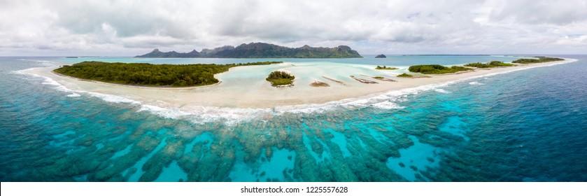 Luftaufnahme der Insel Raivavae mit Sandstränden, Korallenriff und Motu der grünen Inseln in der azurblauen türkisblauen Lagune. Tubuai-Inseln (Austral-Inseln), Französisch-Polynesien, Ozeanien. Tahiti und ihre Inseln
