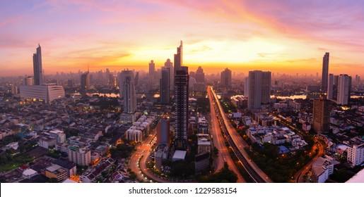 Stadt lanscape Bangkok Geschäftshauptstadt. Panorama- und Perspektivansicht hellblauer Hintergrund des Glashochhausgebäudes Wolkenkratzerwerbung der Zukunft. Hintergrund der Geschäftsstadt.