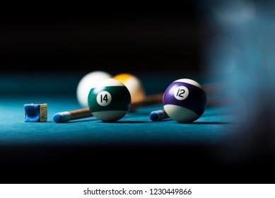 mesa de billar con taco y bolas. fondo de billar