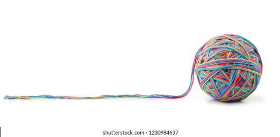 Bola de hilo grande de algodón colorido de hilo de cuatro colores aislado sobre fondo blanco. Mezcla de hilos de diferentes colores rosa, verde, gris, azul.
