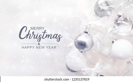 Frohe Weihnachten und ein gutes neues Jahr mit weißem Weihnachtsbaum und Schneefallhintergrund.