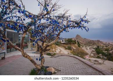 Capadocia, Turquía: árbol colgando amuletos de Nazar, un objeto especial en forma de ojo que protege contra el mal de ojo