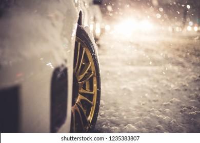 Noche nevada del borde del coche