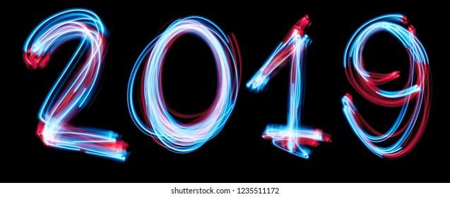 Frohes neues Jahr 2019 mit Neonlichtern im Hintergrund. blaues Lichtbild, Langzeitbelichtung mit farbigen Lichterketten, gegen ein Schwarzes