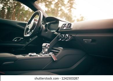 Supercar Innenraum und Cockpit mit Armaturenbrett Bedienfeld