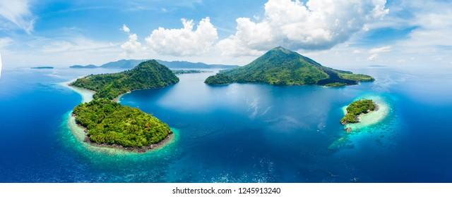 空撮バンダ諸島モルッカ諸島インドネシア、プラウグヌンアピ、溶岩流、サンゴ礁の白い砂浜。トップ旅行の観光地、最高のダイビングシュノーケリング。