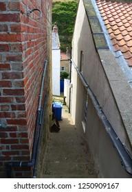 村の家の間の狭い通路