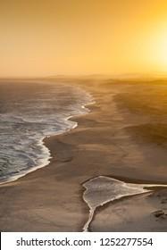 レッドヘッドビーチに沈む夕日-オーストラリアのニューカッスルを展望台から。このビーチは、赤毛の南からブラックスミスビーチまで伸びています。レッドヘッドビーチニューサウスウェールズ州オーストラリア