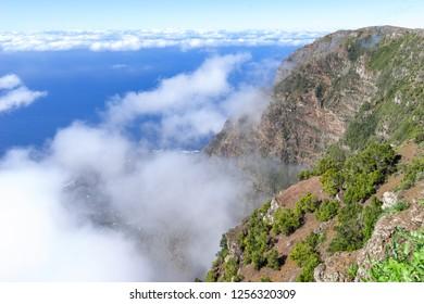 El Hierro - Passat Wolken an der Felswand des El Golfo Tals, aufgenommen am Aussichtspunkt Mirador de Jinama