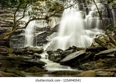 Wunderschöner Wasserfall mit magischer Natur im Doi Inthanon National Park, einer der schönsten Panorama-Landschaften und beliebtesten Touristenattraktionen in Chiang Mai, Thailand. Berühmtes Naturdenkmal.