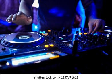 Dj mischt den Track im Nachtclub auf der Party