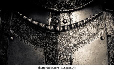 Detail einer Brustplatte auf einem mittelalterlichen Anzug der Ritterrüstung