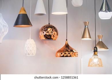 さまざまなモダンな合理化されたミラー銅シャンデリア。バブルメタル銅シェードペンダント。