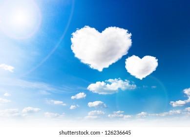 blauwe hemel met de wolken van de hartvorm. Schoonheid natuurlijke achtergrond