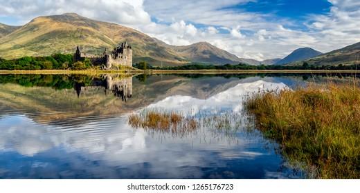 Die Ruinen von Kilchurn Castle befinden sich am Loch Awe, dem längsten Süßwassersee Schottlands. Es kann zu Fuß von der Dalmally Road auf der A85 erreicht werden. Dieses Bild wurde von der gegenüberliegenden Bank aufgenommen.