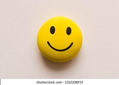 Cara sonriente divertida sobre fondo blanco. Humor positivo