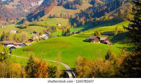 Paisaje a lo largo de la línea Golden Pass: otoño en las montañas. Tomado en el camino de Spiez a Montreux, Suiza.