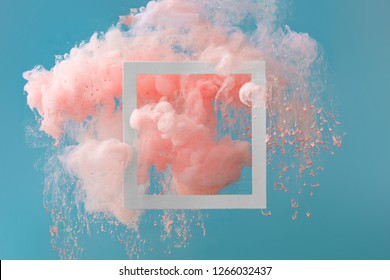 Abstrakte Pastellkorallenrosa-Farbfarbe mit pastellblauem Hintergrund. Fließende kreative Konzeptzusammensetzung mit Kopierraum. Minimaler natürlicher Luxus.