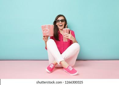 Porträtfrau in voller Länge im Rosenhemd, weiße Hosen, die auf Boden sitzen Filmfilm lokalisiert auf hellrosa blau Pastellwand Hintergrund Studio. Mode-Lifestyle-Konzept. Kopieren Sie den Speicherplatz