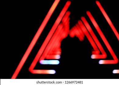 Tunnel der roten Dreiecke mit schwarzem Hintergrund