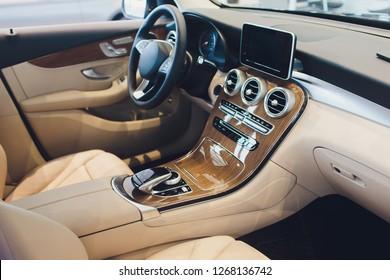 Auto modern interieur met wit lederen zetels voertuig.