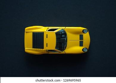 黄色の金属玩具スポーツカー。上から見る