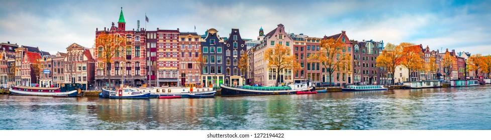 Panoramablick auf die Stadt Amsterdam. Berühmte niederländische Kanäle und tolles Stadtbild. Bunte Morgenszene der Niederlande, Europa. Hintergrund des Reisekonzepts.