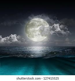 Magischer Abend auf dem Ozean und dem Mond