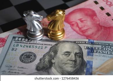 Juego de ajedrez, dos caballeros cara a cara sobre fondo de yuan chino y dólar estadounidense. Concepto de forma comercial. Conflicto entre dos grandes países, concepto de Estados Unidos y China. Copie el espacio para el texto.