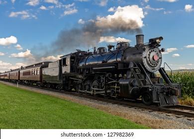 歴史的な蒸気機関車が畑を通過する