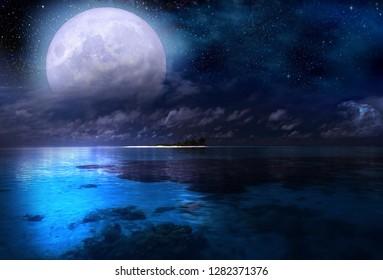 Luna llena sobre el mar y el cielo estrellado.
