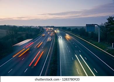 ウィルトシャーのM4高速道路が長時間露光で夕暮れ時に照らされました