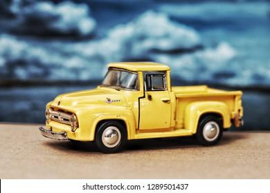 Ford f-100 Oldtimermodell Gelbes Pick-up-Spielzeug für Kinder