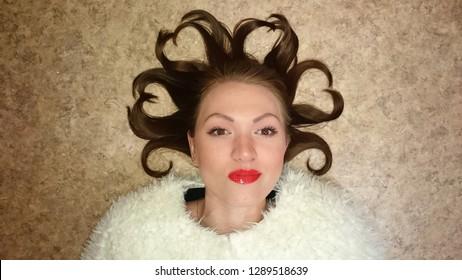 ハートの形をした女の子の頭の毛。