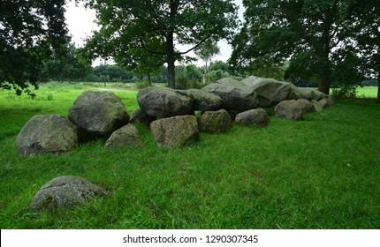 Megalithische tombe stenen graf in de provincie Drenthe, Nederland (Hunebed) Lente Hollands landschap Een oude hunebed of oude stenen onder beukenbomen, Hondsrug, Holland of Nederlandse Prehistorische Megaliet