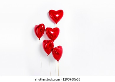 気球のセットです。赤いハートの束形の白い背景で隔離の箔風船。愛。休日のお祝い。バレンタインパーティーの装飾。メタリックレッドハートの気球