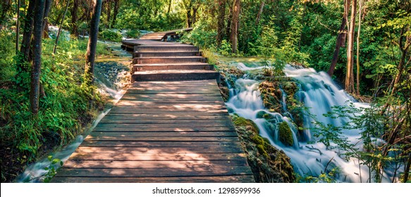 Panoramac-Ansicht des hölzernen Weges im tiefgrünen Wald. Malerische Sommerszene des Krka-Nationalparks, Kroatien, Europa. Schöne Welt der Mittelmeerländer.