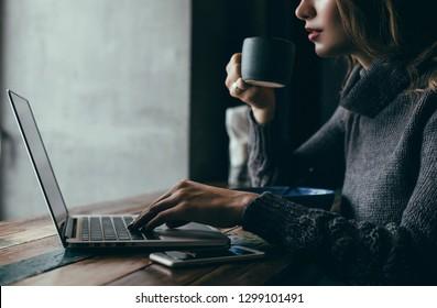 カフェでラップトップを使用してかなり若い美容女性、屋外のポートレートビジネス女性、流行に敏感なスタイル、インターネット、スマートフォン、オフィス、インドネシアバリ島、開催、mac OS、マネージャー、フリーランサー、ノートブックガラス