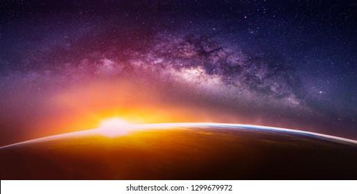 天の川銀河のある風景。天の川銀河のある宇宙からの日の出と地球の眺め。(NASAから提供されたこの画像の要素)
