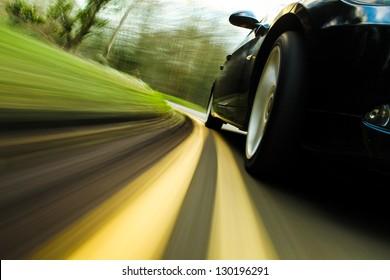 黒い車の正面図。