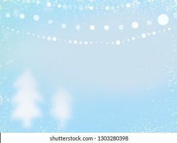 Winterhintergrund. Helle Winterlandschaft mit Schneeverwehungen und fallendem Schnee mit Baum, Sonnenlicht und blauem verschwommenem Hintergrund. Konzept für Winterhintergrund, Schnee und niedliches Pastell Dezember Hintergrund Bokeh