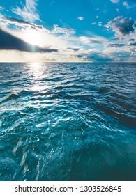 Schöner blauer Seehorizont und Himmel des Seestücks. Ruhige Szene. Natürliche Zusammensetzung der Natur. Landschaft.