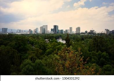 Stadtlandschaft aus Chapultepecs Park in Mexiko-Stadt (CDMX)