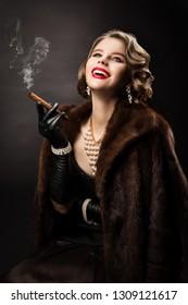 レトロな女性の喫煙葉巻、ハッピーファッションモデルの豪華な美しさの肖像画、毛皮のコートパールジュエリーの美しい女の子