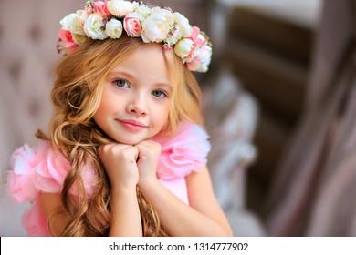 かわいい女の子。ロシアのモデル。フラワーズ。ピンクのドレス。黒い衣装